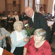 Předseda MěV KSČM Ing. Karel Kvit předává kytičku s. Kotkové, nejstarší účastnici oslavy MDŽ, která oslavila loni v říjnu 90-té narozeniny.