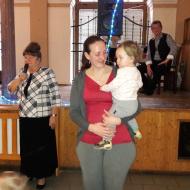 Nejmladší tanečnice v náručí své mamínky