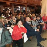 Stůl významných hostů sleduje krásné vystoupení mažorek na oslavě MDŽ