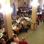 Pohled na účastníky oslavy z vnitřního balkonu restaurace ALFA