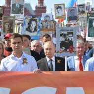 Ruský prezident Vladimír Putin v Nesmrtelném pluku s fotografií svého otce - Moskva 9.5.2019