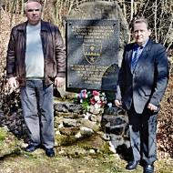 RSDr. Josef Švarcbek (vlevo) kandidát na senátora za KSČM ve volebním obvodu č. 11 a Ing. Petr Žáček (vpravo), předseda OV KSČM Domažlice uctili zároveň památku padlých amerických vojáků v květnu 1945.