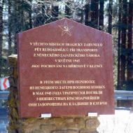 Pohled na desku památníku, na které je textem připomenuta tato smutná událost.