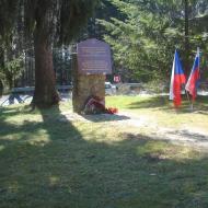 Pohled na zrekonstruovaný památník rudoarmějcům.