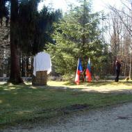 Pohled na zahalený památník padlých rudoarmějců.