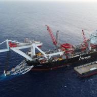 Loď ALLSEAS pokládající potrubí na dno moře