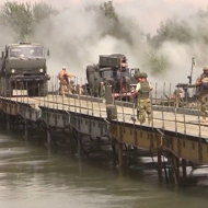 Ženijní pontonový most dlouhý 210 metrů, vybudovaný v září 2017 ruskou armádou v Sýrii přes řeku Efrat u Der - er- Zoru, který strhla vysoká voda z přehrady