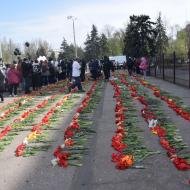Kytice před Domem odborů v Oděse 2.5.2021 položené na památku obětí tehdejšího fašistického masakru.