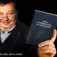 Turbostudent Plzeňských práv - Milan Jančík, starosta Prahy 5 za ODS se studijním indexem v ruce, který nikomu neukázal, co je uvnitř.